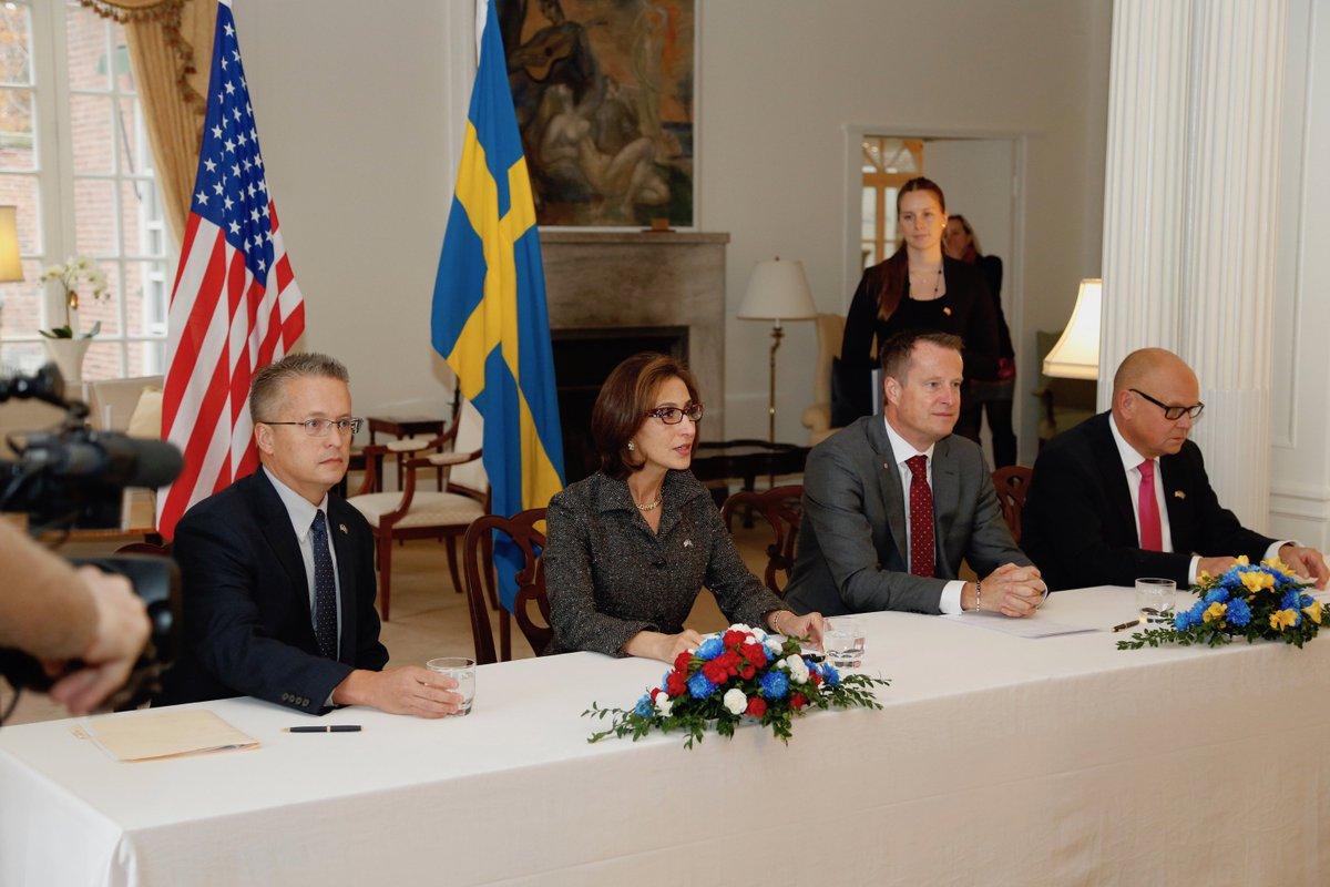 USA´s forhenværende ambassadør i Sverige, Azita Raji og den svenske indenrigsminister Anders Ygeman underskriver aftalen om pre-clearance. (Foto: CBP)