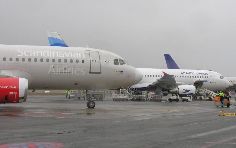 Fly fra SAS og Atlantic Airways side om side i Vagar Lufthavn. (Foto: Vágar Lufthavn)
