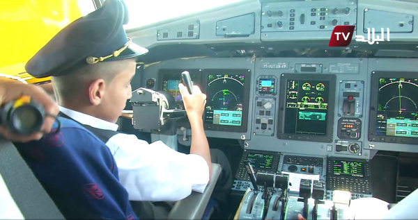 Barn i pilotsæde på Air Algerie AH6212. (Foto: Elbilal.net)