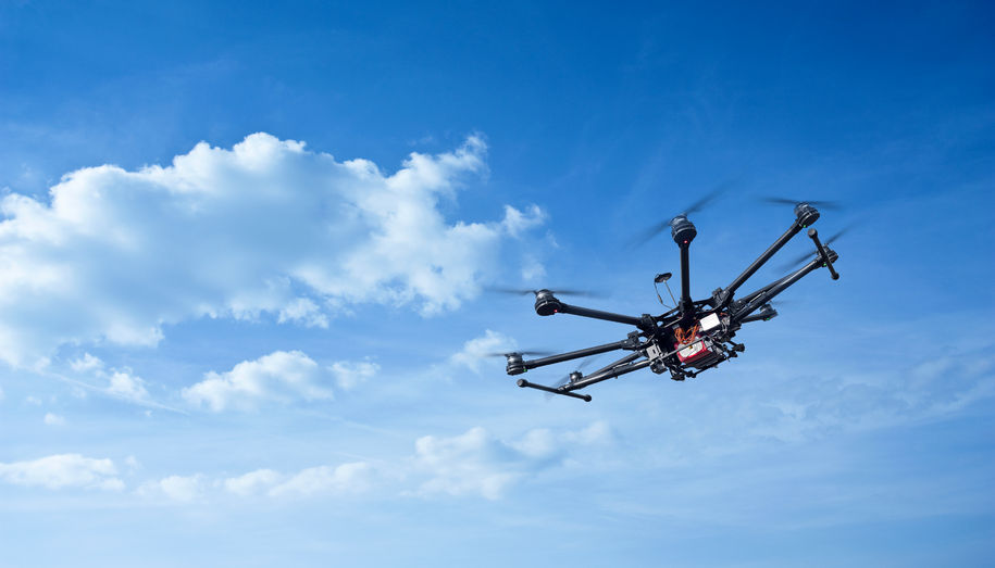 Drone i luften (Foto: seregalsv / 123RF Stock Photo)