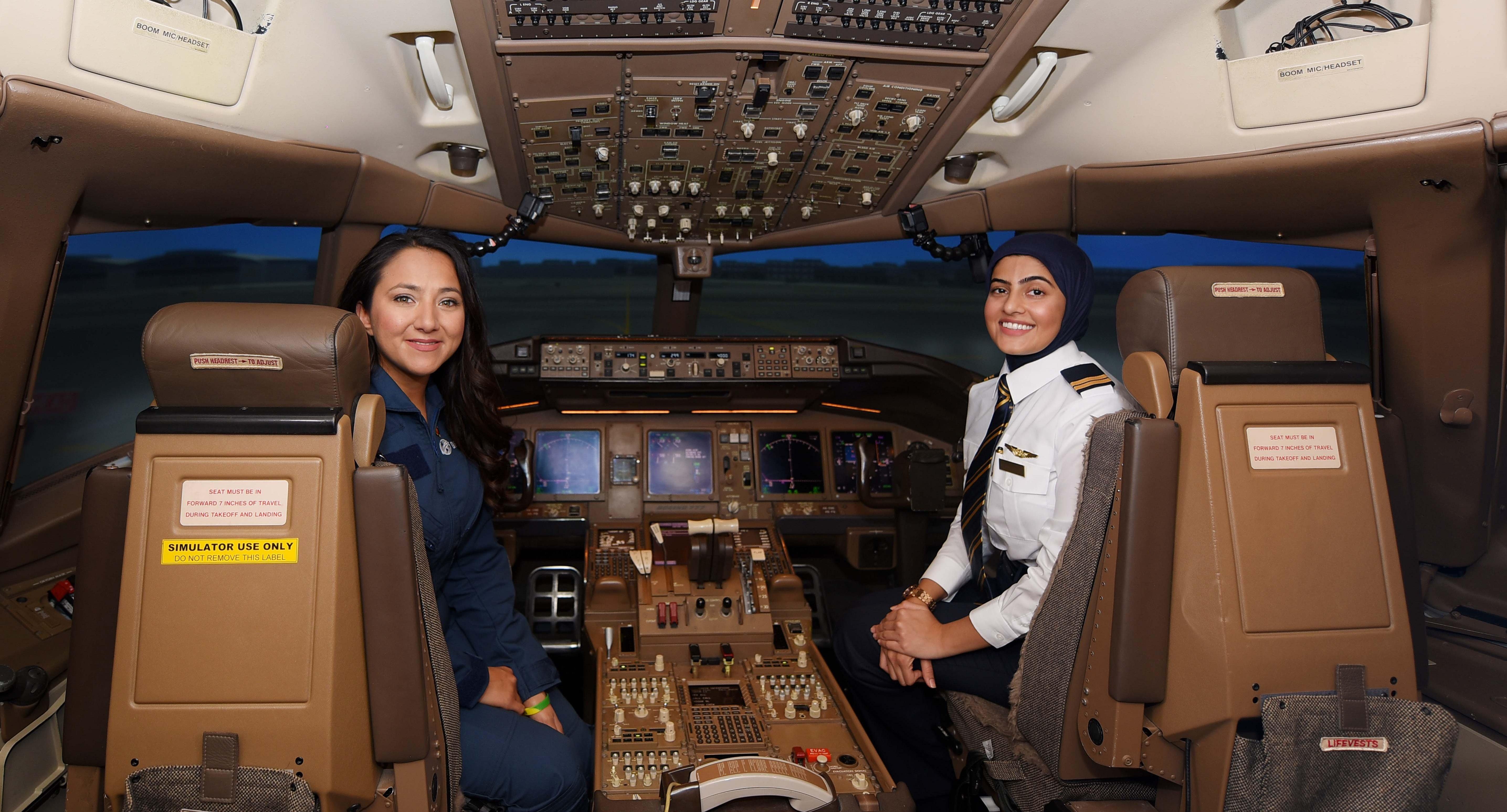 Shaesta Waiz og Bakhita Al Muheiri i Boeing 777-simulator. (Foto: Emirates)