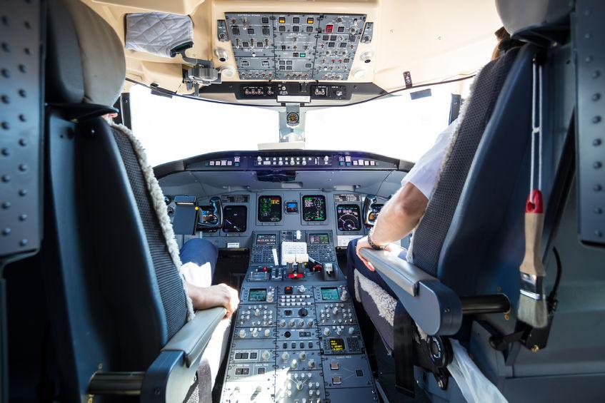 Piloter i cockpit. (Arkivfoto: 123rRF_kasto)