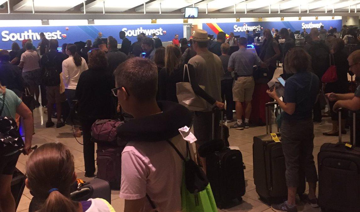 Kø ved check-in automater i Baltimore-Washington International Airport. (Arkivfoto: @PoorRobin)