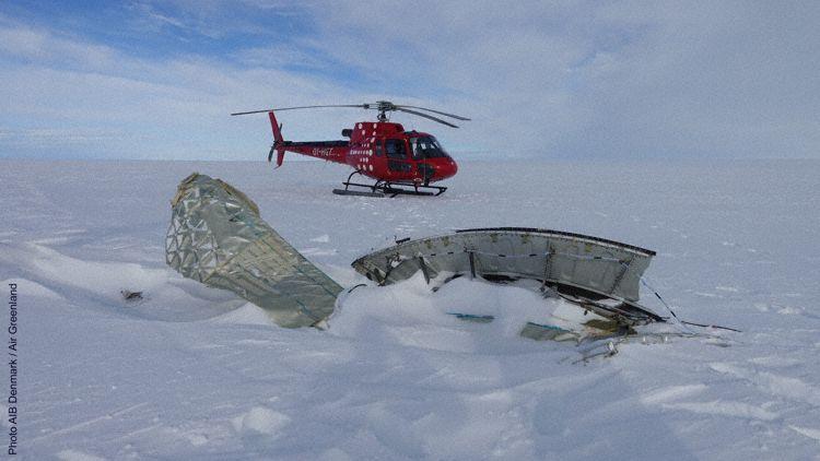 Motordele fra AF066 lokaliseret af helikopter fra Air Greenland. (Foto: AIB Denmark / Air Greenland)
