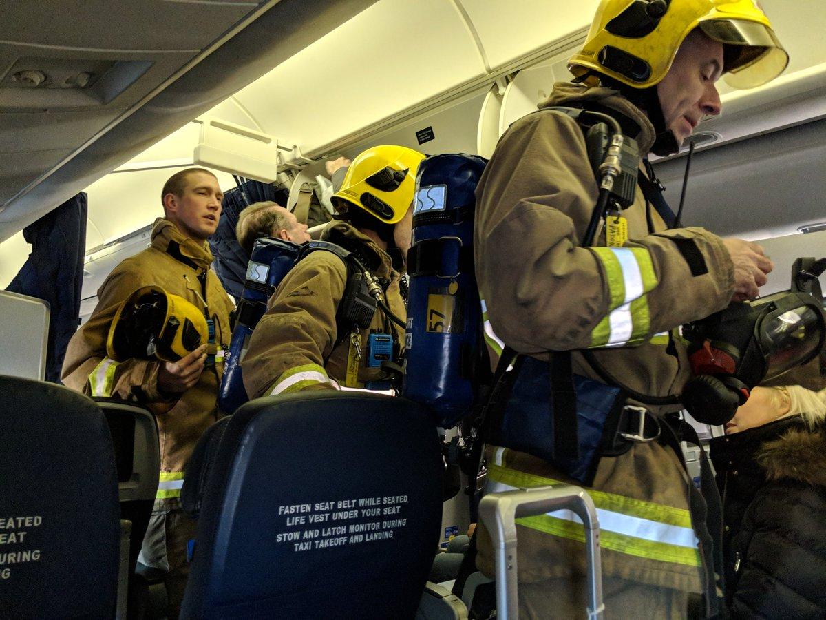 Redningsfolk fra Heathrow Airport ombord på UA031 (Foto: Pete Teoh / Twitter)