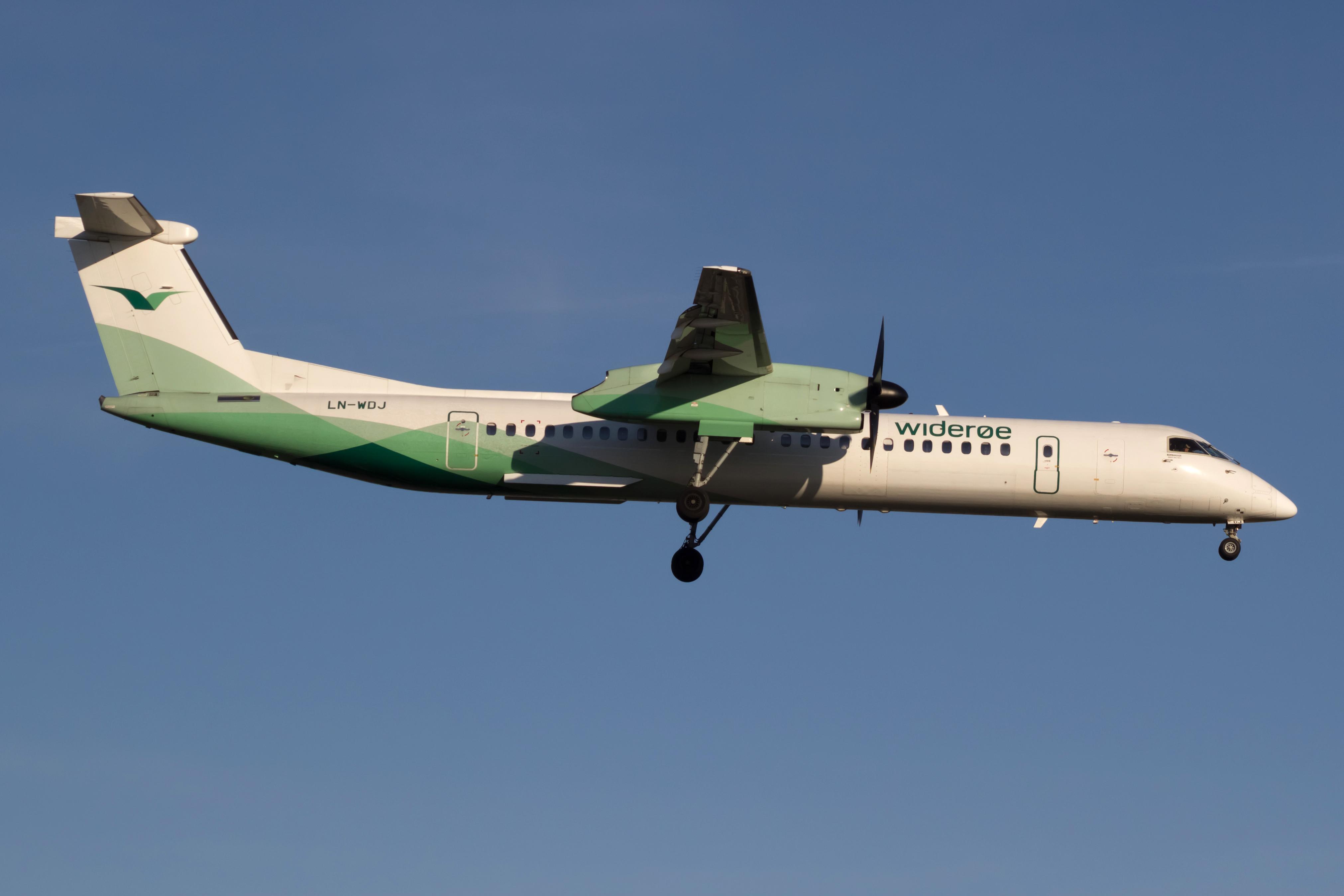 Dash-8 Q400 fly fra Widerøe. Foto: Bene Riobó.