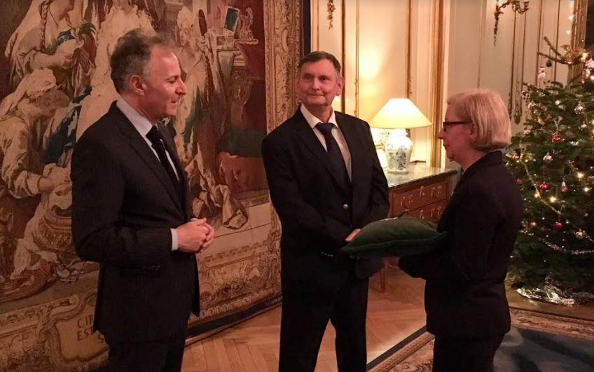 Den franske ambassadør Francois Zimeray (t.v.) tildeler Morten Dambæk (i midten) ordenen. Foto: Naviair.