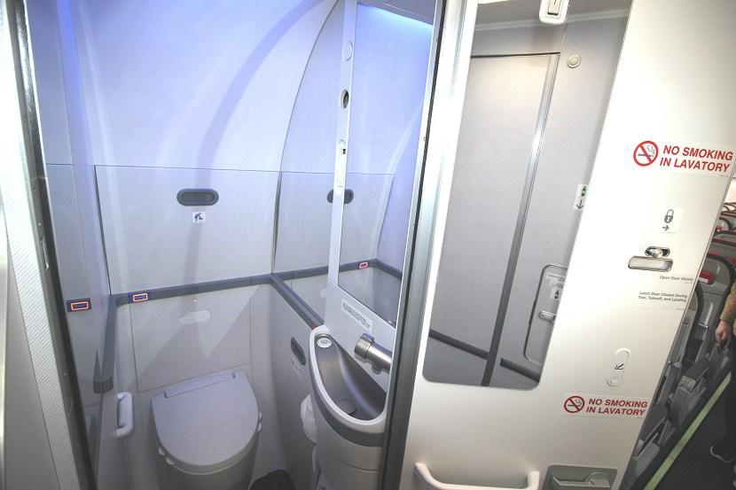Et af de små toiletter på Boeing 737 MAX. Foto: Norwegian.