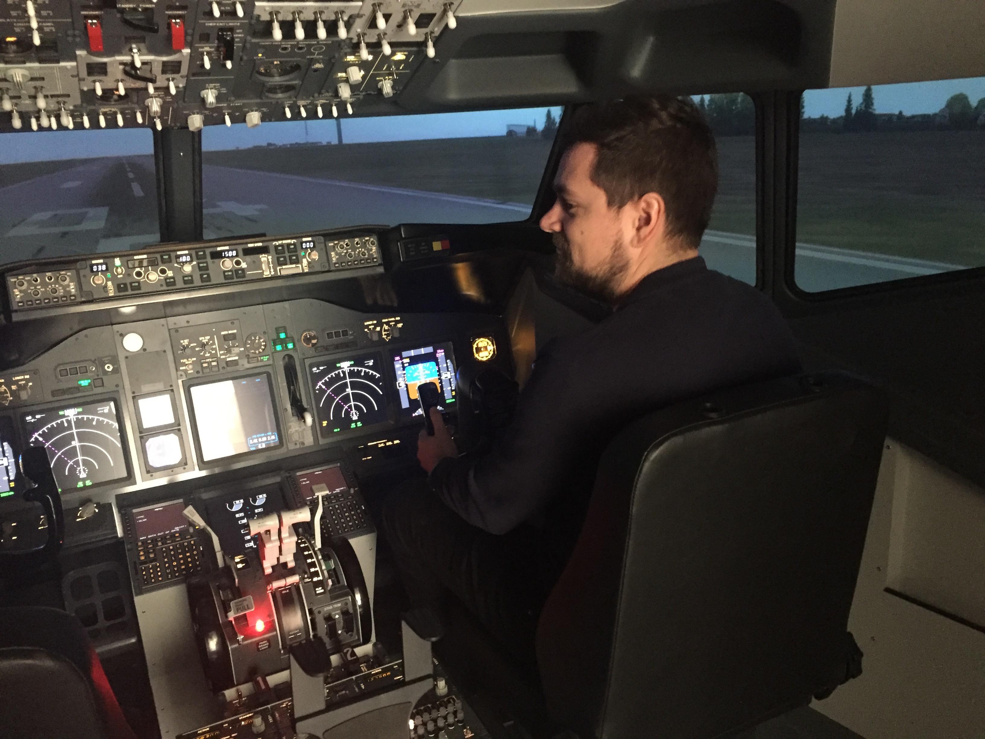 Danny Longhi Andreasen i cockpittet i FunFlights nye Boeing 737-simulator. Foto: Jens Kristian Frost