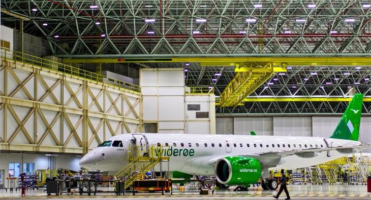 Widerøe LN-WEA i hangaren hos Embraer (Foto: Embraer)