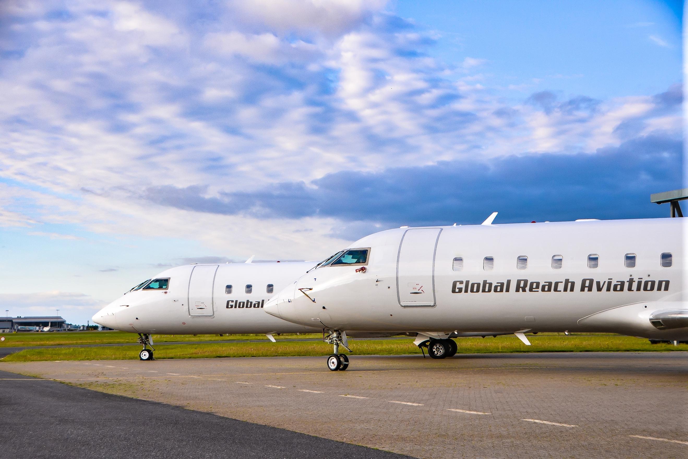 To Bombardier CRJ200 fra Global Reach Aviation. (Foto: GRA)
