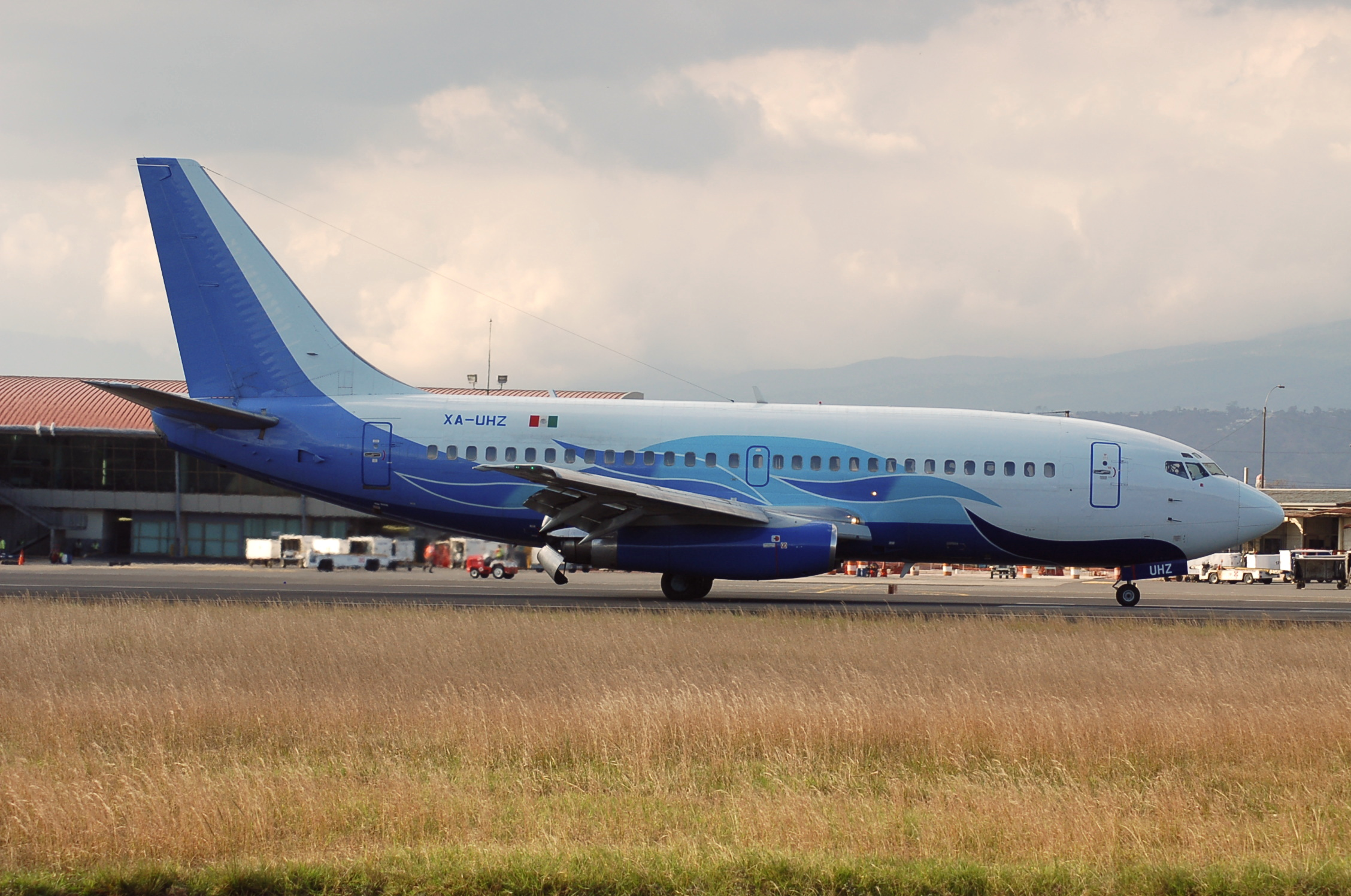 Det forulykkede fly fra Global Air, en Boeing 737-200, på landjorden i Costa Rica i 2011. Foto: Alec Wilson
