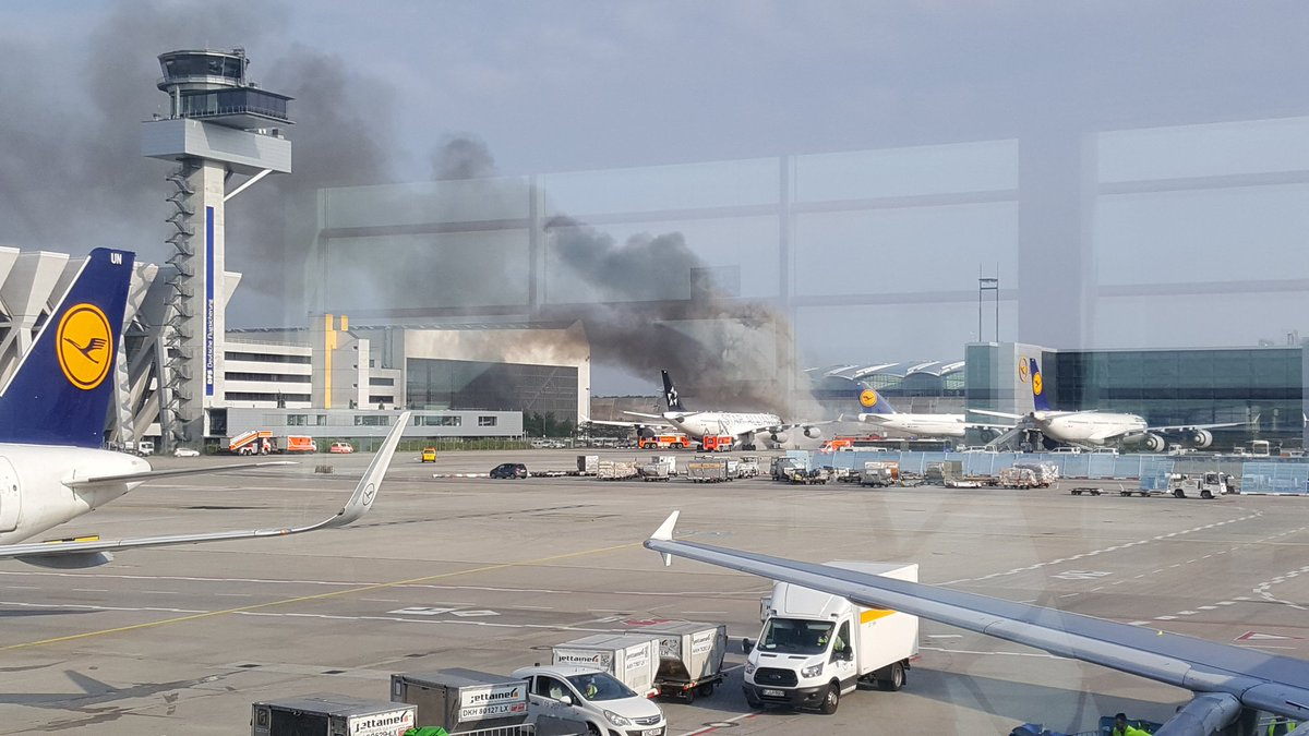 A340-fly fra Lufthansa i brand i Frankfurt Lufthavn. (Foto: Mark Hellemans   Twitter)