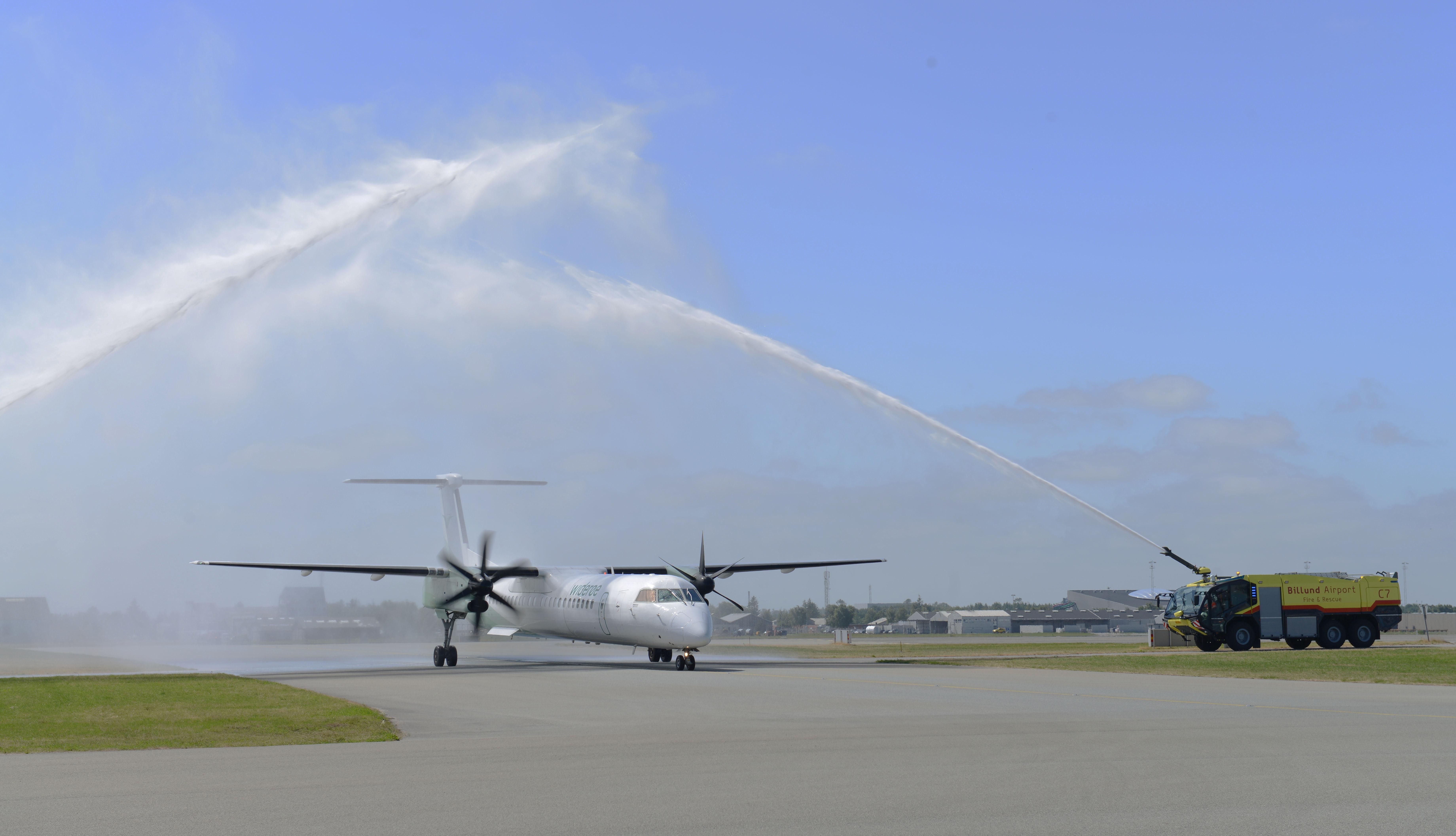 Vandkanonerne stod klare da WF 282 fra Bergen landet for første gang i Billund Lufthavn. (Foto: Joakim J. Hvistendahl)