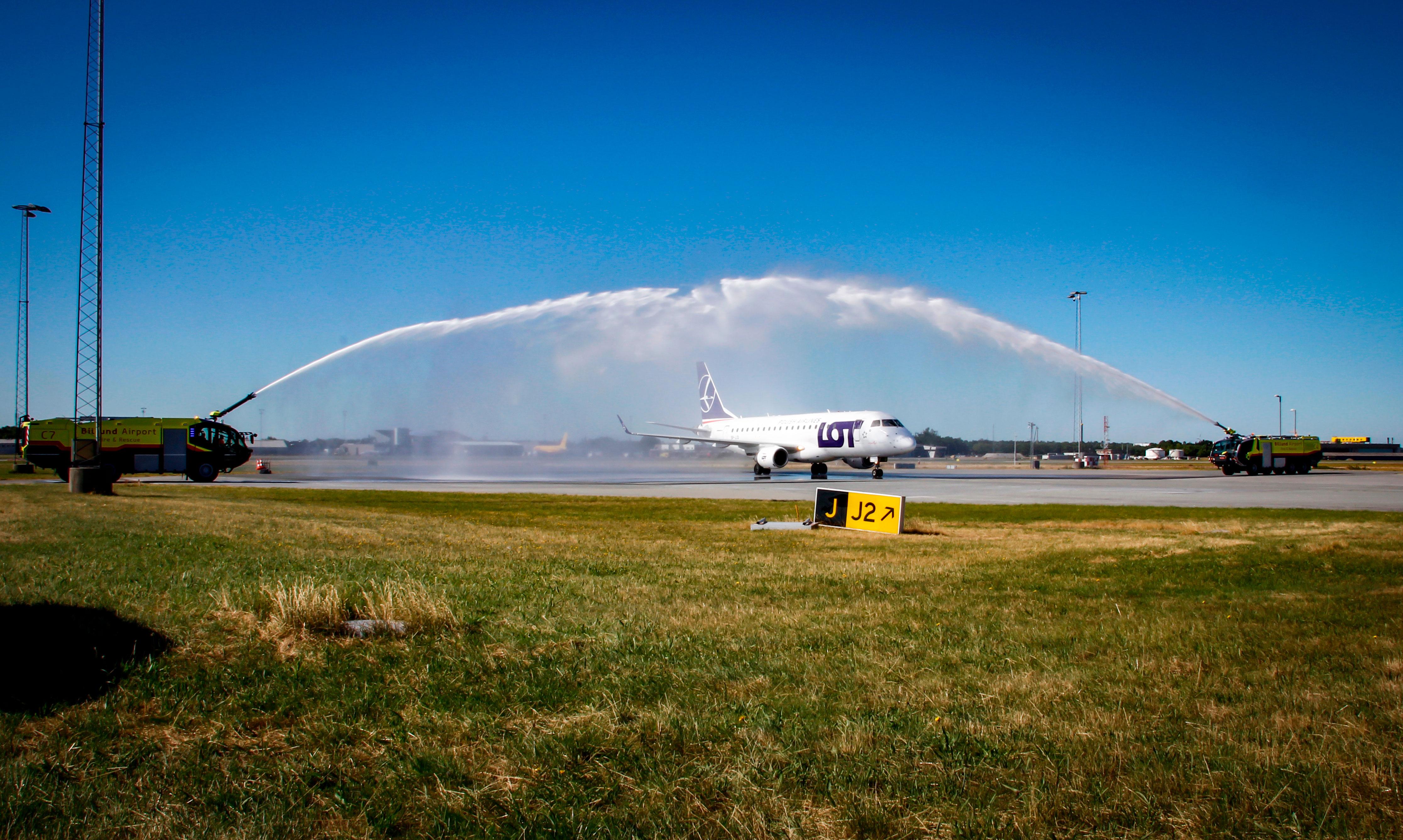 LOT's Embraer E175-fly ankommer første gang til Billund Lufthavn på den nye rute fra Warszawa Chopin. (Foto: Billund Lufthavn)