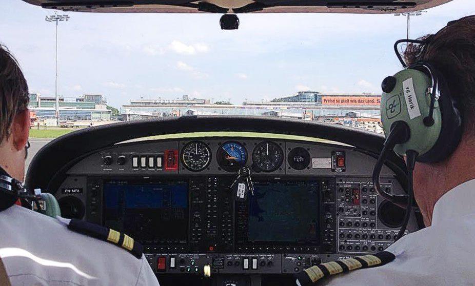 Piloter i cockpittet på træningsfly fra Martinair. (Foto: Martinair Flight Academy)