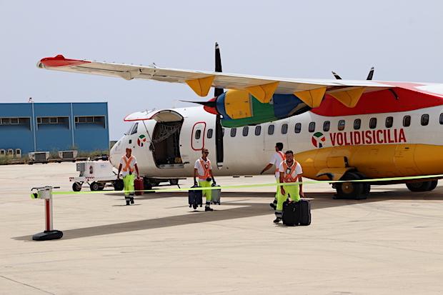 Et af ATR72-200 flyene fra DOT LT i lufthavnen i Lampedusa. Bemærk navnet på siden. (Foto: DAT)