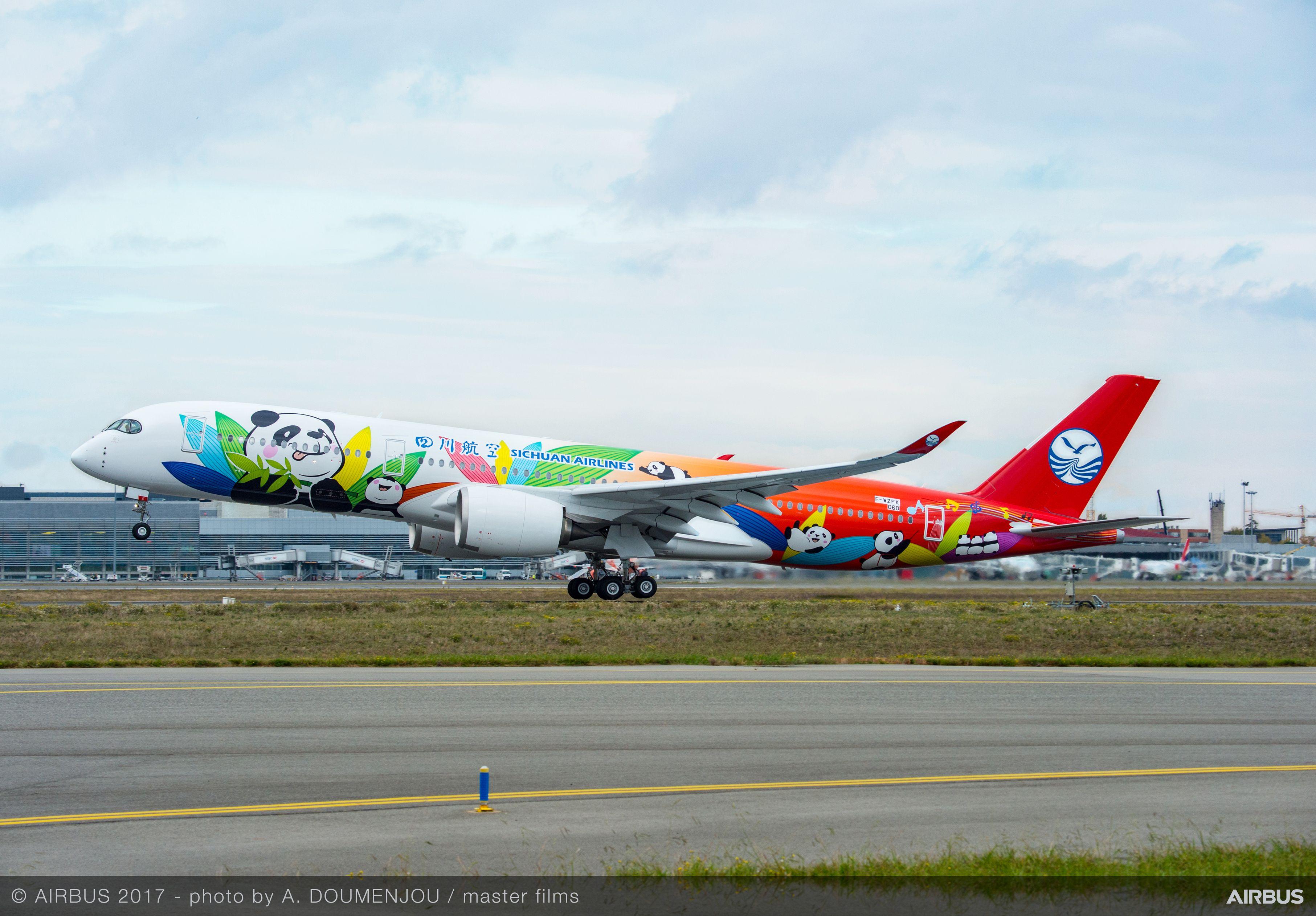 Den helt nye Airbus A350-900 med farverig Panda-maling til det kinesiske flyselskab Sichuan Airlines. Foto: Airbus