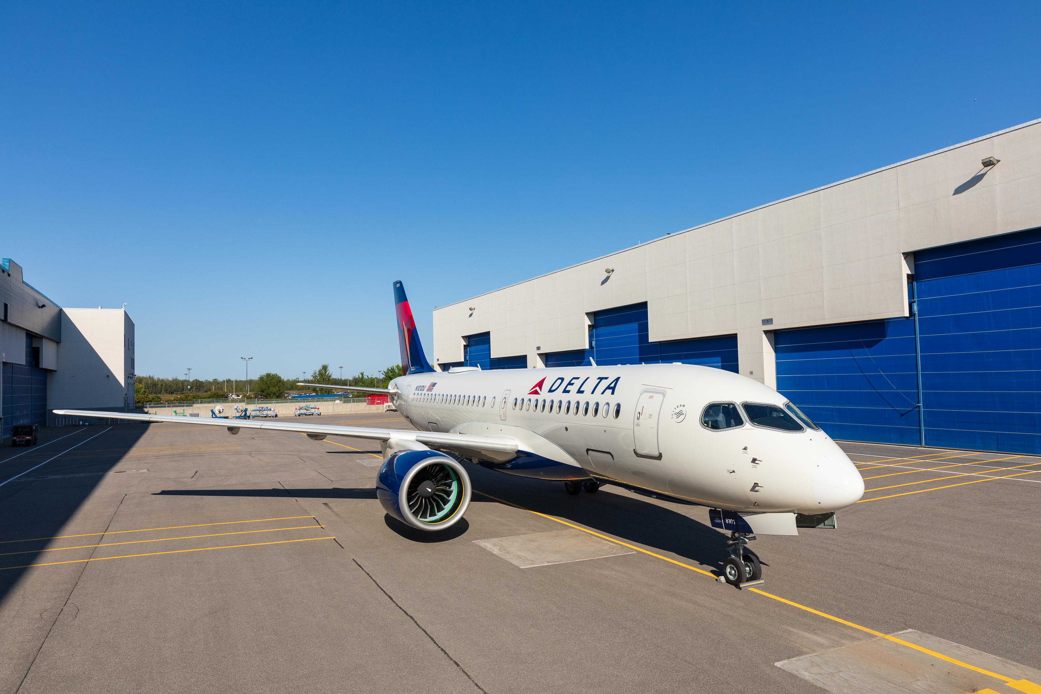 Den første A220-100, der skal leveres til Delta, er netop kørt ud af malerhallen i Canada. Foto: Delta Air Lines