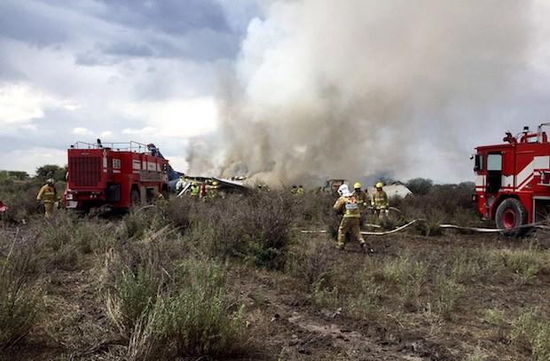 Brandfolkene i Durango International Airport efter flystyrtet i juli 2018.