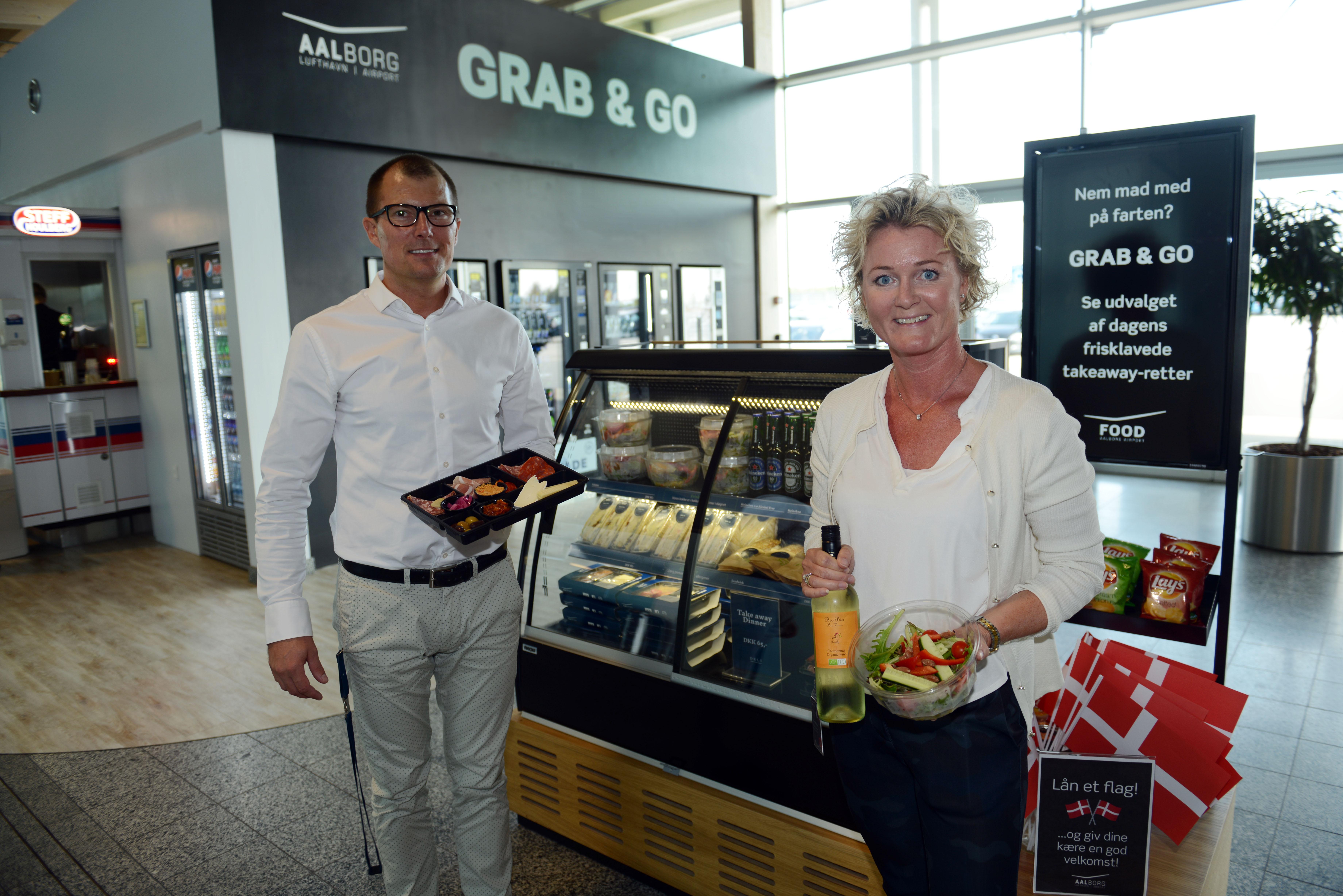 """Head of food Eddi Hvis og marketingdirektør Rikke Mølgaard i Aalborg Lufthavn viser frem nogle af produkterne man kan købe i det nye """"Grab & Go"""" koncept. (Foto: Joakim J. Hvistendahl)"""