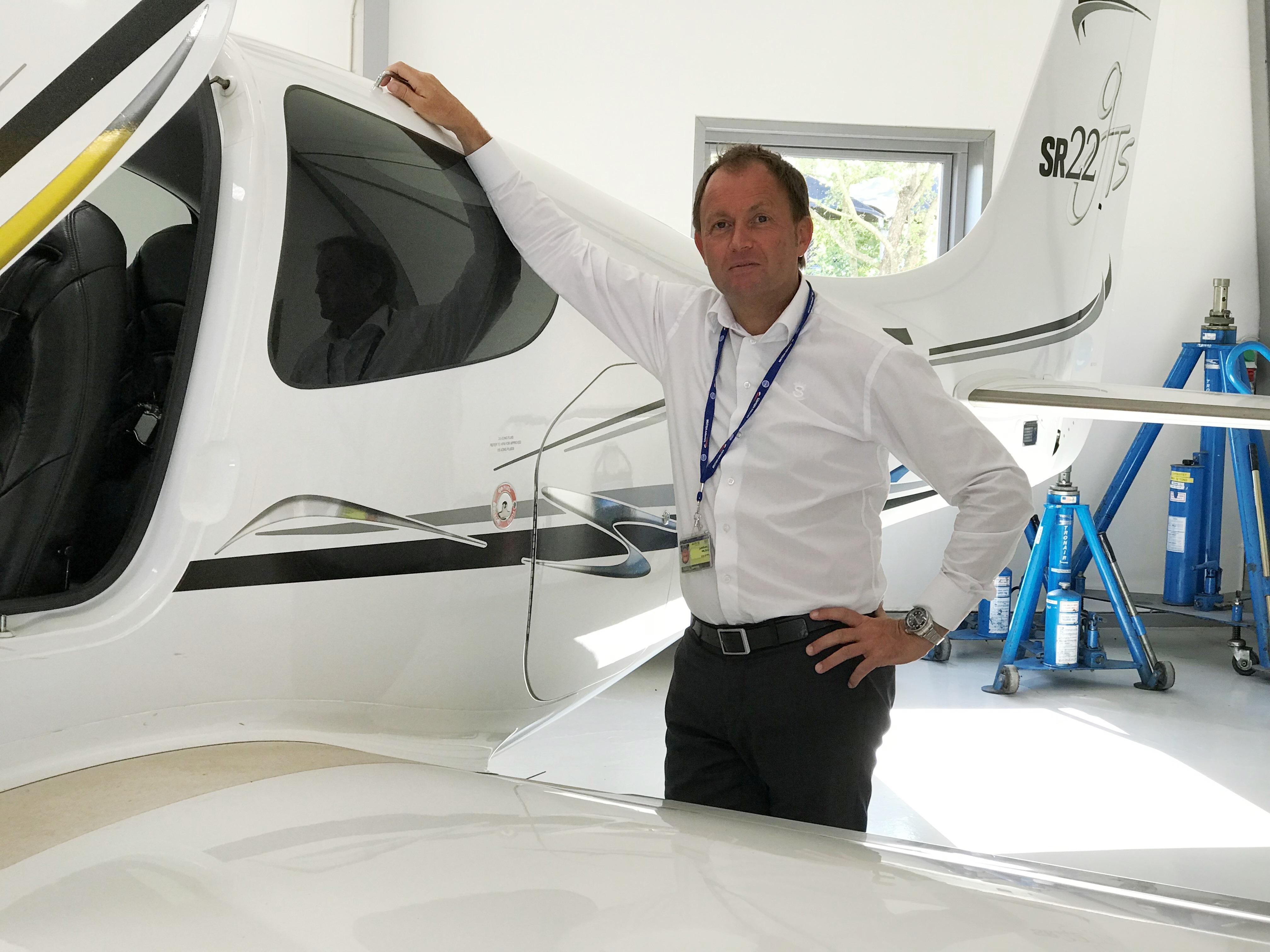 Kristian Tvergaard foran Cirrus SR22-firmaflyet hos Sun-Air. (Foto: Ole Kirchert Christensen)