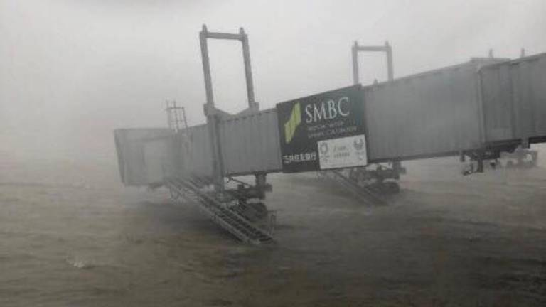 Jetbro i den oversvømmede Kansai International Airport (Foto: Twitter/Stephenie Kunz)