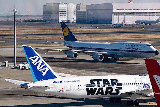 En Boeing 787-9 fra ANA i en særlig Star Wars-bemaling i Tokyo Haneda. I baggrunden en Boeing 747 fra Lufthansa. (Foto: Wikimedia Commons)