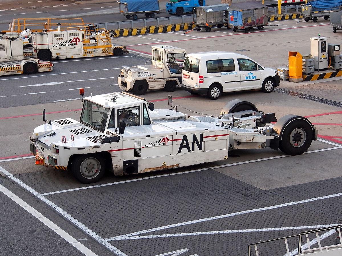 Aviapartner pushback-traktor (Foto: Alf van Beem | CC 1.0)
