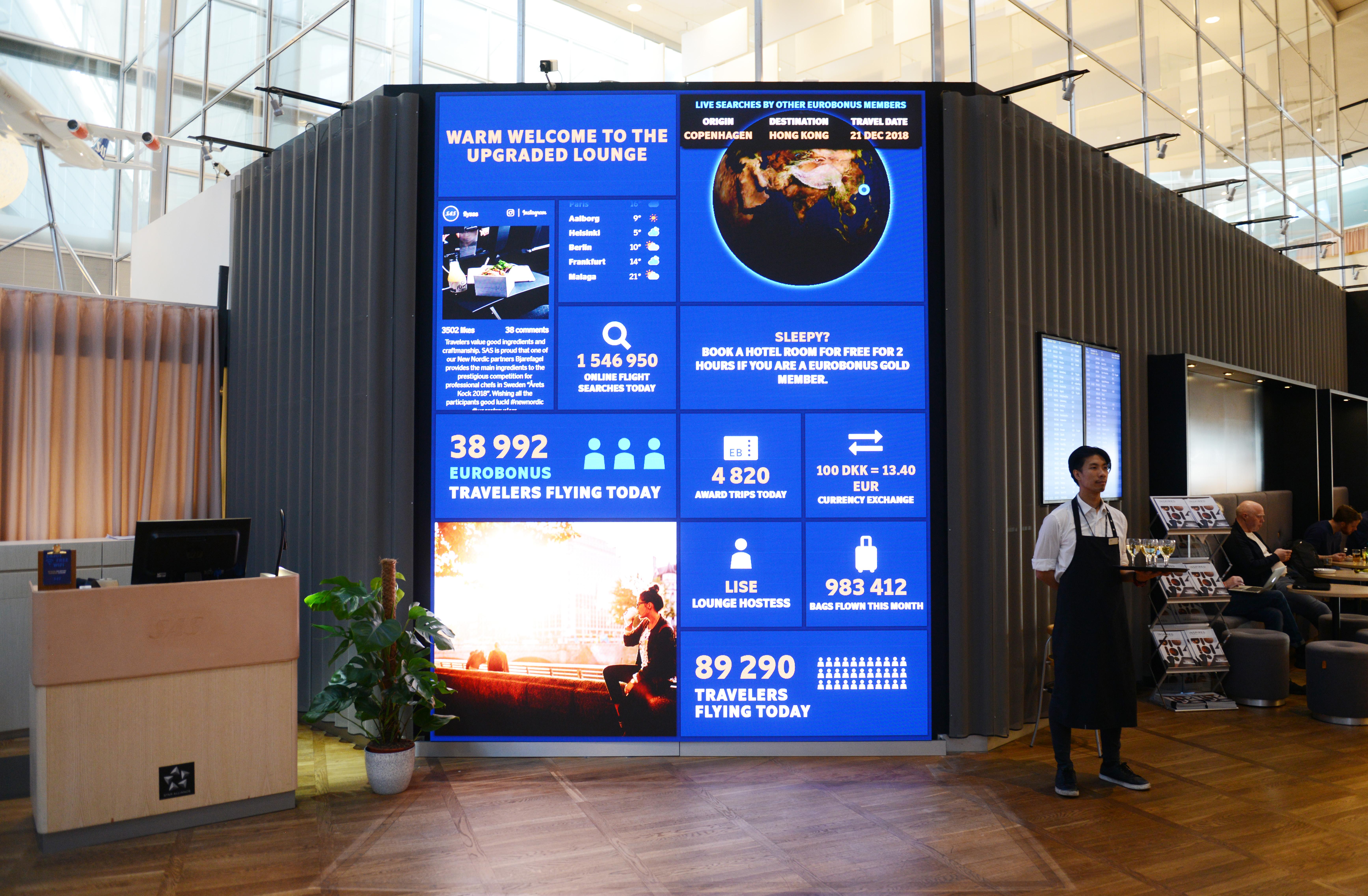 En kæmpe infovæg møder nu gæsterne i SAS-loungerne i Københavns Lufthavn. (Foto: Joakim J. Hvistendahl)
