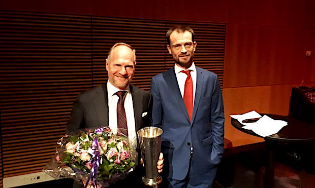 Thomas Woldbye sammen med formanden for Danske Flyvejournalister, Andreas Krog, ved prisuddelingen fredag. (Foto: Henrik Baumgarten)