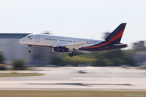 En Sukhoi Superjet SSJ 100.