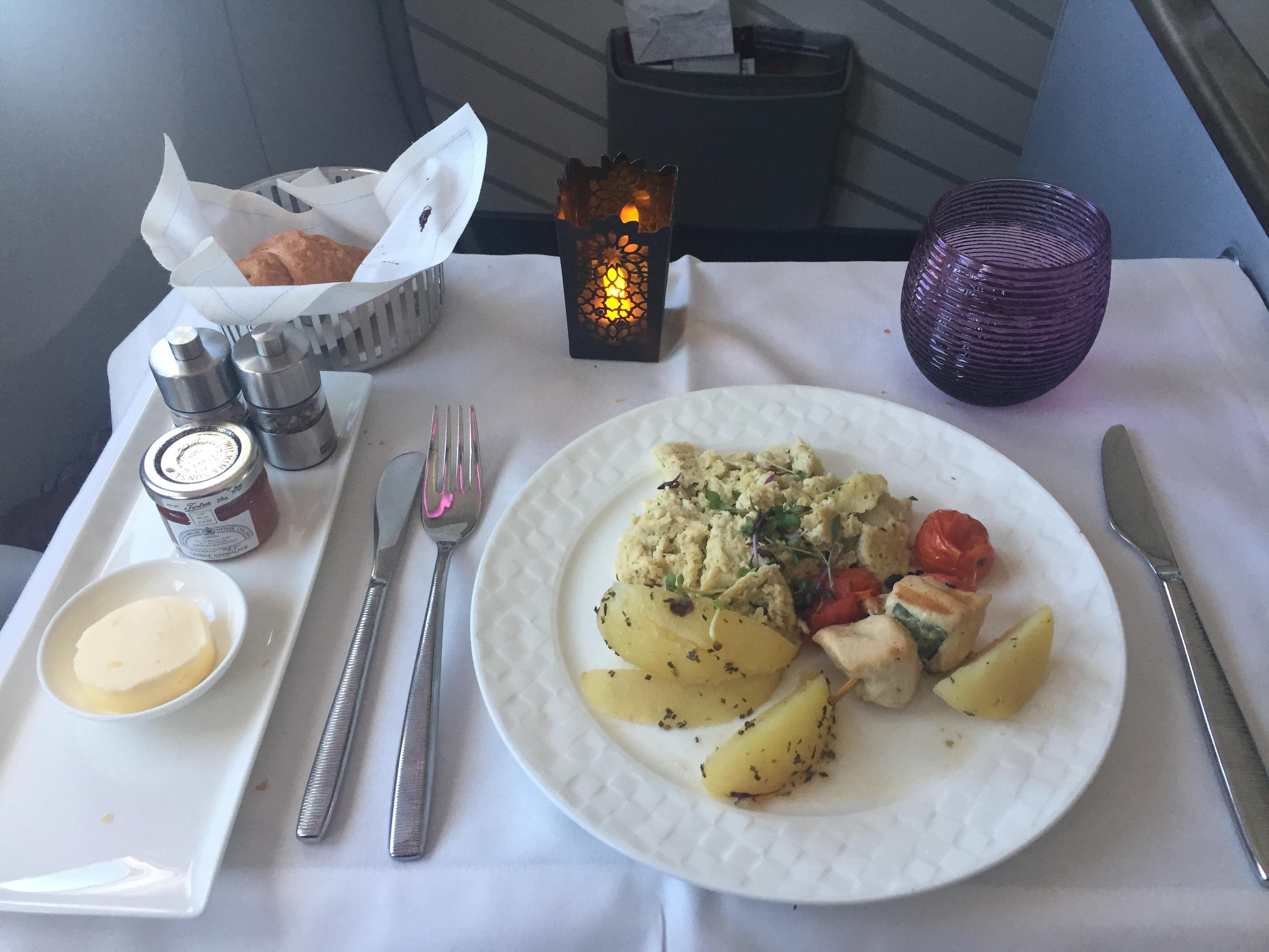 Jeg valgte røræg og kylling til morgenmad – serveret en time efter afgang med Qatar Airways-flyet. Foto: Danny Longhi Andreasen