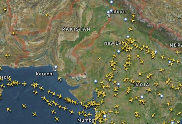 Billede fra Flightradar24 viser, hvordan flytrafikken fløj uden om Pakistan onsdag.