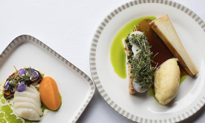 Retterne fra Michelin-restauranten Kokkeriet til brug hos Singapore Airlines fra 31. marts: Forret – butternut squash, kammusling og hybenrosegelé. Hovedret – stegt flæsk af confiteret svinebryst med persillesauce og rabarbergelé. Foto: Singapore Airlines