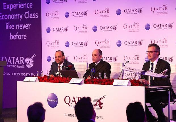 Qatar Airways' koncernchef Akbar Al-Baker flankeret af Qatars ambassadør i Tyskland Abdulrahman Al Thani og Berlins  borgmester Michael Müller.