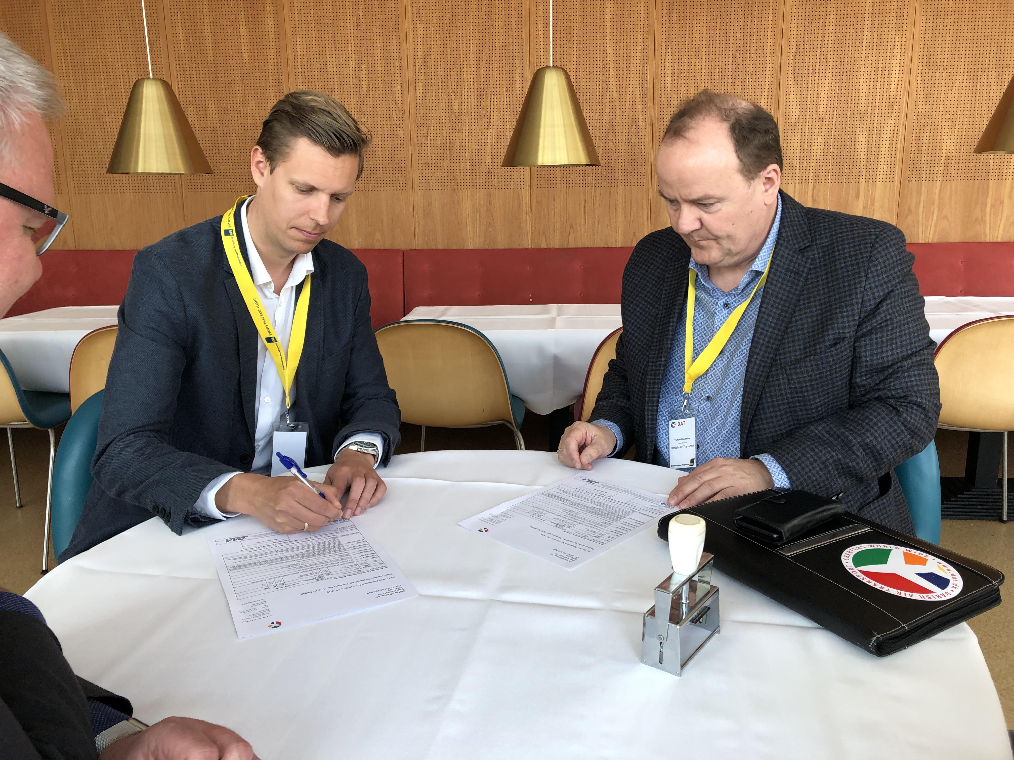 Peter Jørgensen fra SkiTravelGroup (til venstre) og Torben Ravnkilde fra DAT. (Foto: Søren Hedegaard Nielsen)