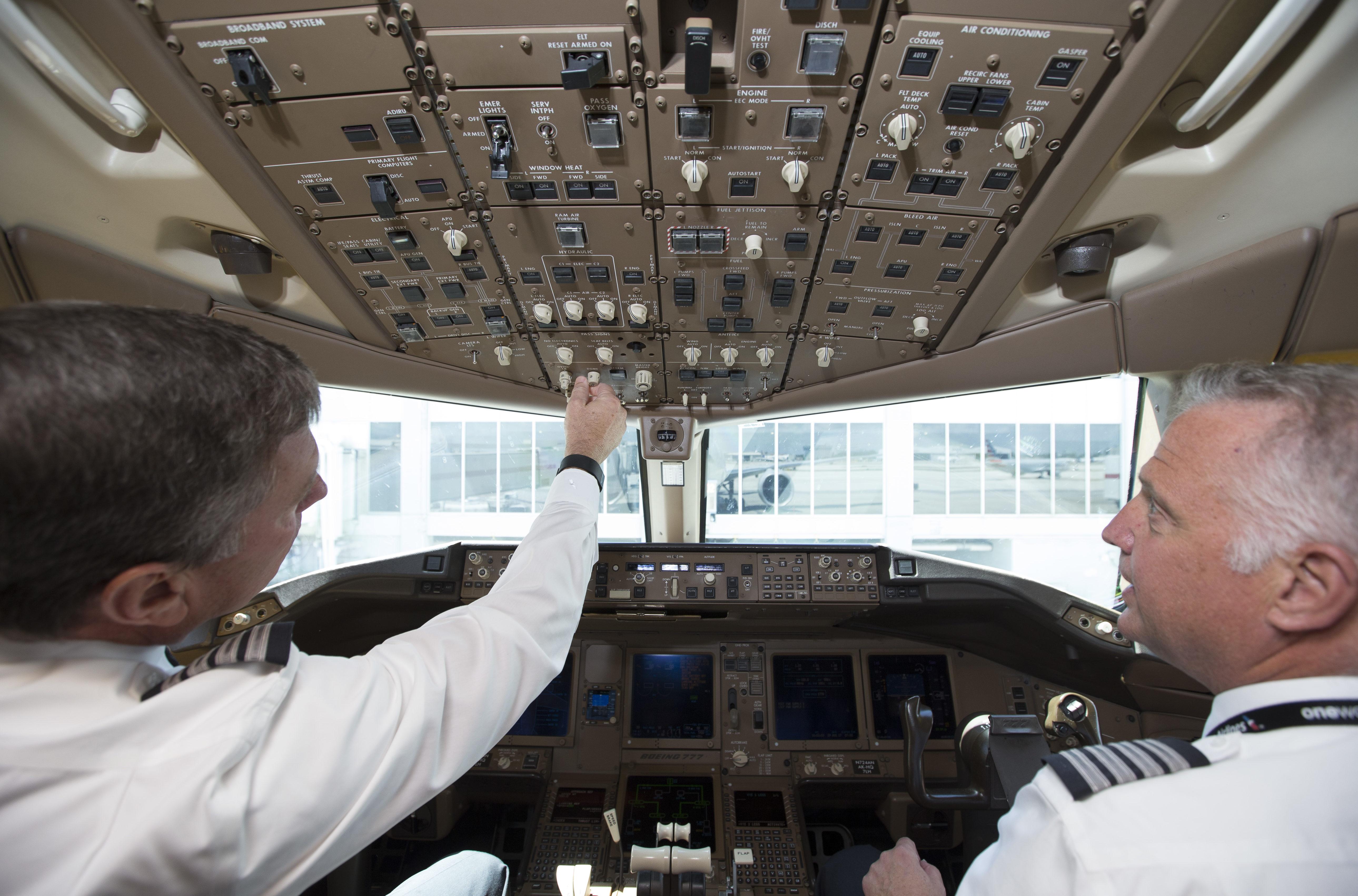 Piloter fra American Airlines i cockpittet før afgang fra Miami. Foto: American Airlines/Brandon Wade