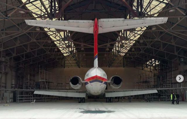 MD-82'eren med registrering OY-RUT fra DAT i malerhallen i engelske Bournemouth. Foto: Danish Air Transport