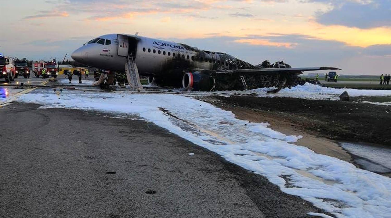 Det udbrændte Aeroflot-fly i Moscow Sheremetyevo Airport. (Foto: Aviaforum.ru)