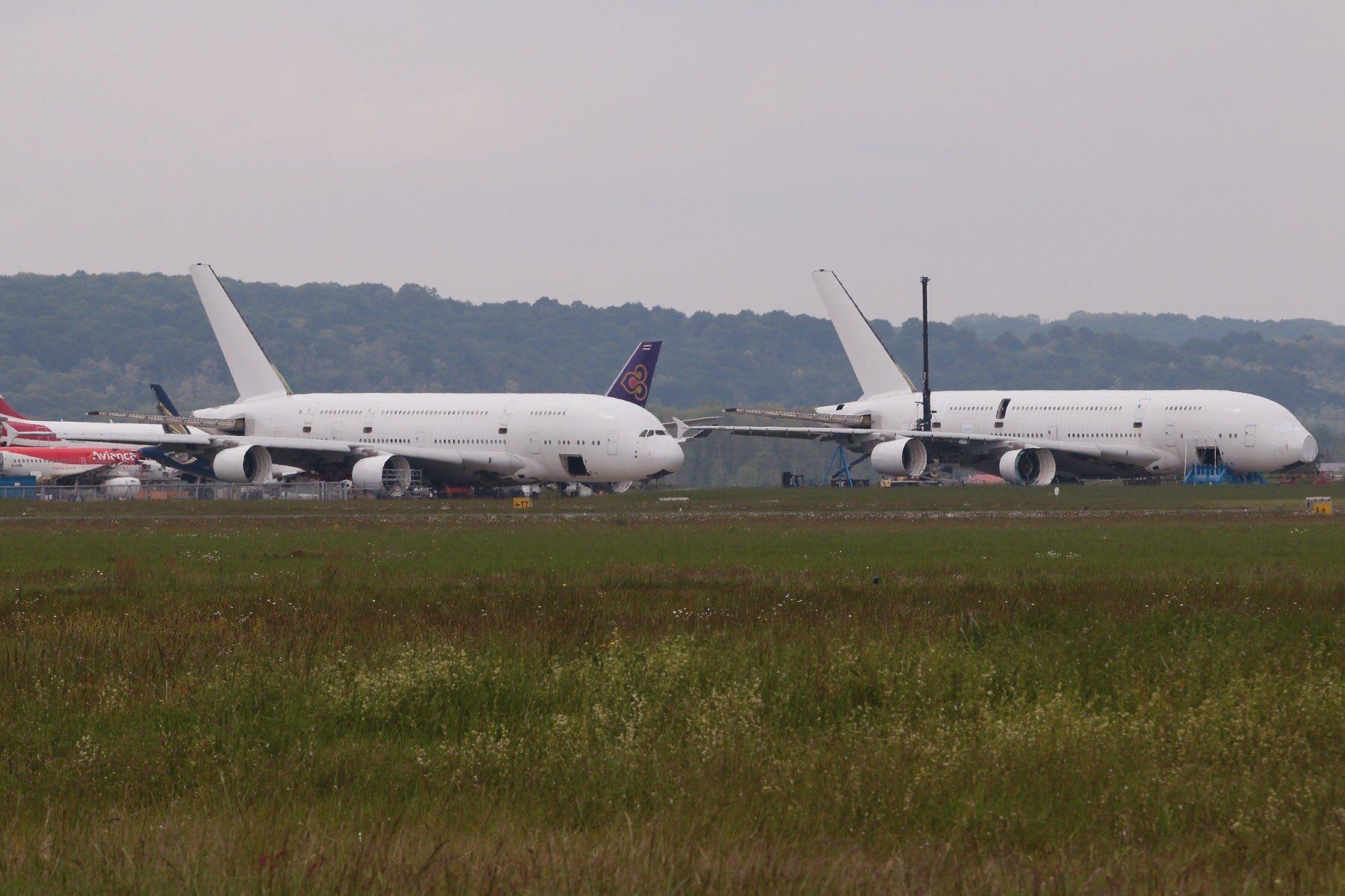 To Airbus A380 bliver netop nu ophugget i Tarbes-Lourdes Pyrénées Airport i Sydfrankrig.  Bemærk, at alle motorerne så småt er afmonteret. Foto: Jean Luc Bonnard