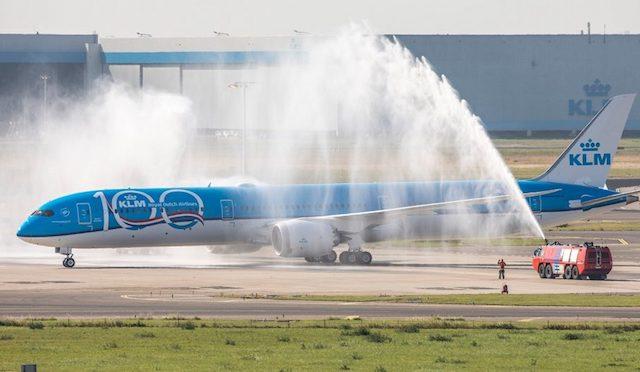 KLM's nye Boeing 787-10 ved modtagelsen i Amsterdam Schipol søndag.  Foto: KLM