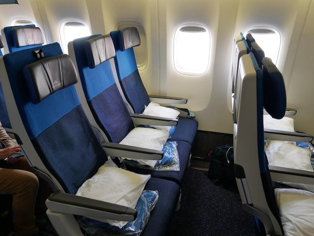 10 centimeter mere til benene på Economy Comfort, hvor sæderne også kan lænes ekstra bagover. Foto: Jan Aagaard
