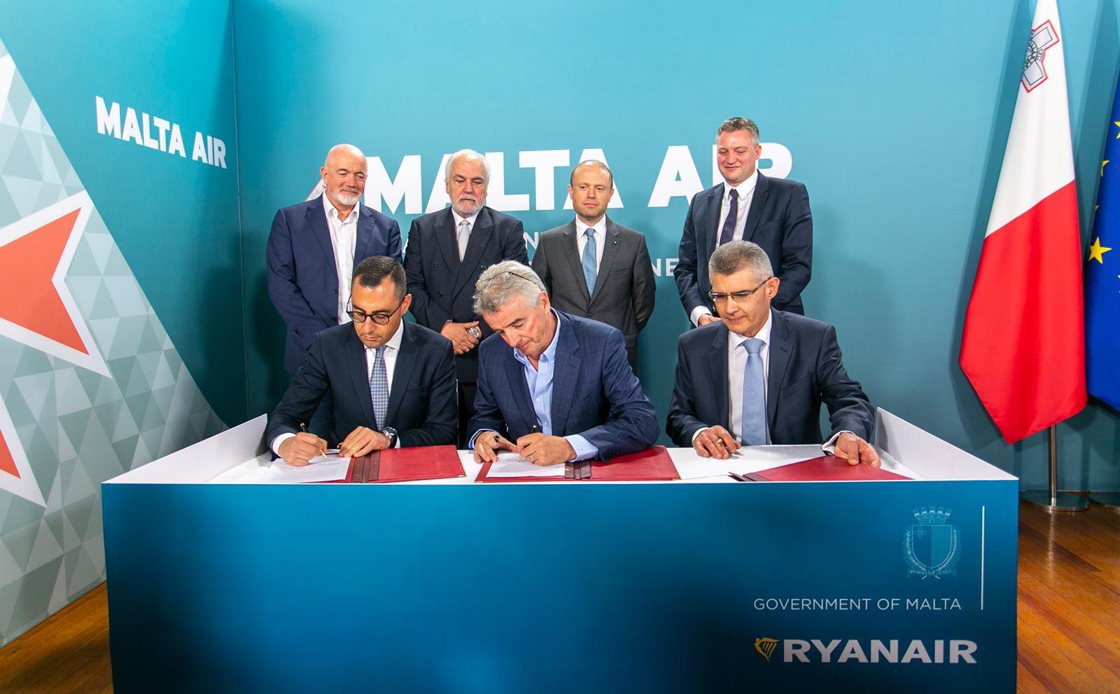 Aftalen om Malta Air underskrives (Foto: Ryanair/PR)
