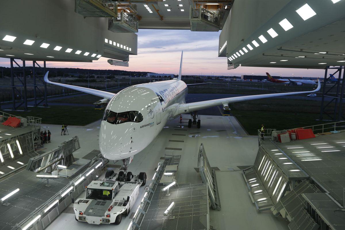 Air France har fået kørt sin første A350-900 ud af malerhallen i Toulouse. Foto: Air France