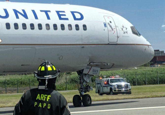 Det beskadigede næsehjul på Boeing 757-200-flyet fra United Airlines. Foto: Jason Rabinowitz