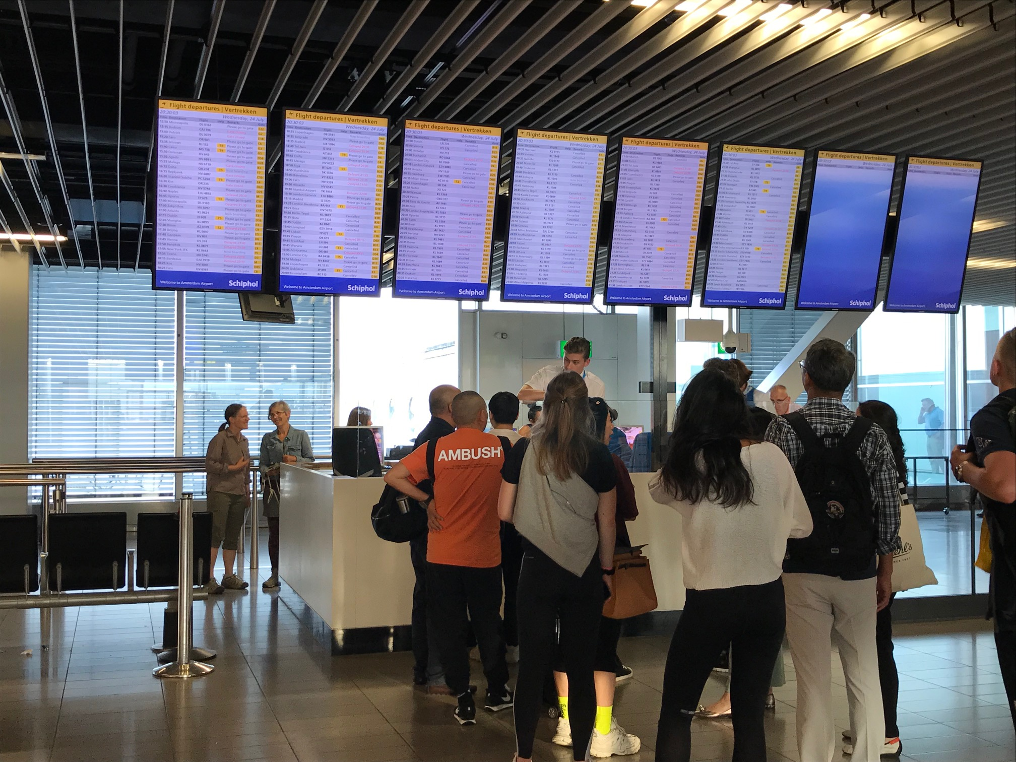 Passagerer i kø i Amsterdam Schiphol Airport for at ombooke. (Foto: Josefine Baumgarten)