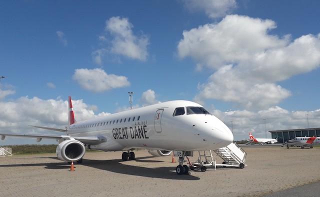 Det nye Embraer ERJ-195LR i Aalborg Lufthavn. Bagved ses det andet Embraer-fly i Great Dane Airlines' flåde. (Foto: Great Dane Airlines)