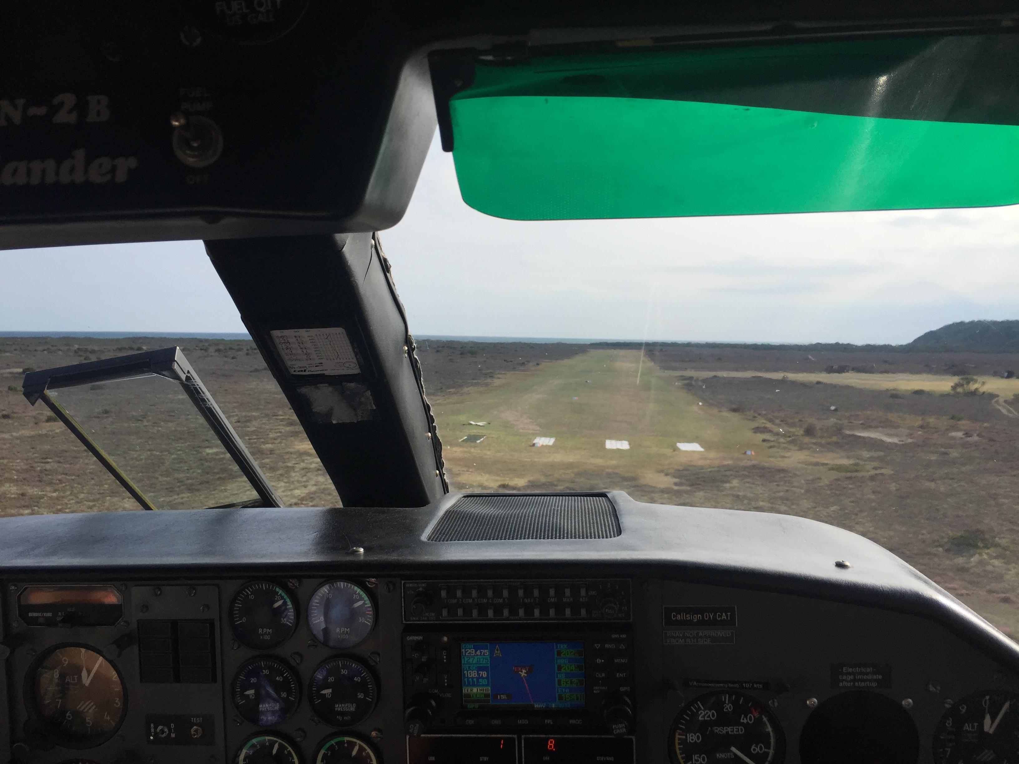 Landing på græsbanen på Anholt. Flyet skal bruge 350 meter for at stoppe. Foto: Danny Longhi Andreasen