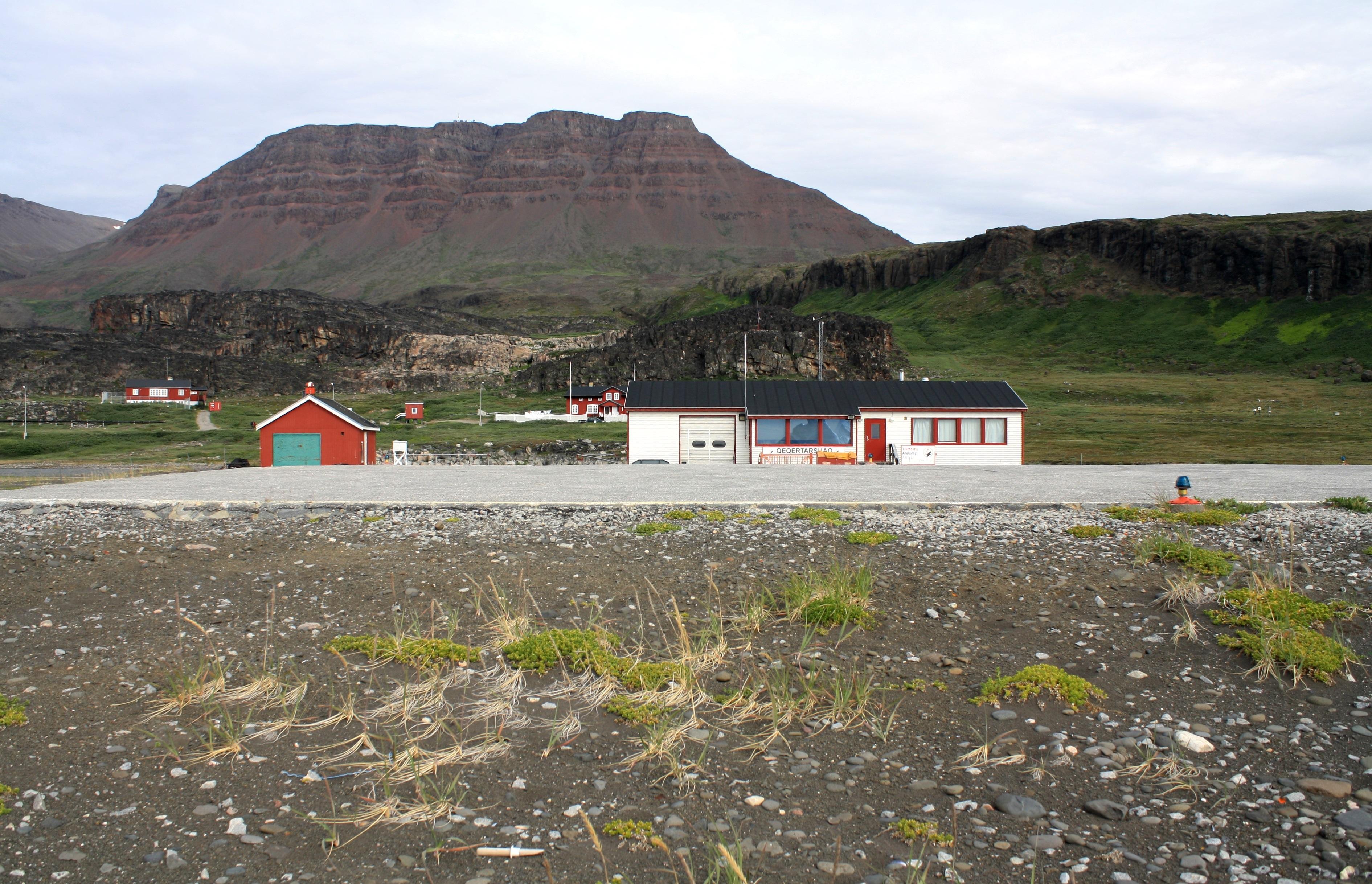 Heliporten i den grønlandske by Qeqertarsuaq, hvor der overvejes at anlægge en landingsbane. Foto: Dreizung